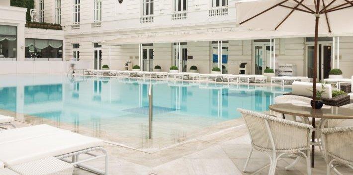 Piscina do Hotel Copacabana Palace, com o quartzito Matira